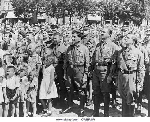 crowd-of-germans-adults-and-children-some-dressed-in-nazi-brown-shirt-cwbrjw